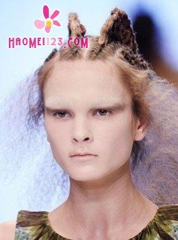 美体 > 个性时尚 最新t台秀创意发型集结亮相    t台发型之个性夸张