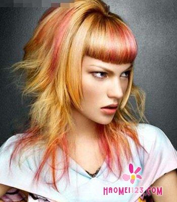 桃红色和哑光金色结合的发型